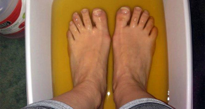 Ayaklarınızı sirkeli suda bekletmenin yararları