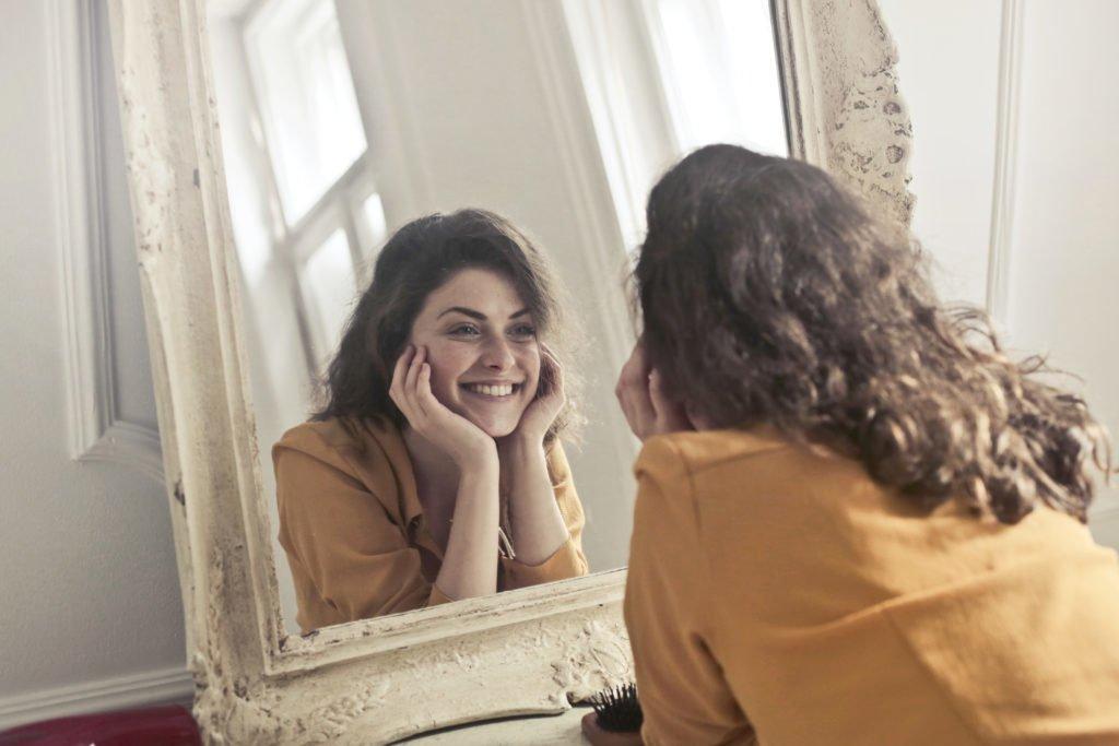 Uzmanlar Neden Aynada Daha Güzel Göründüğümüzü Açıkladı