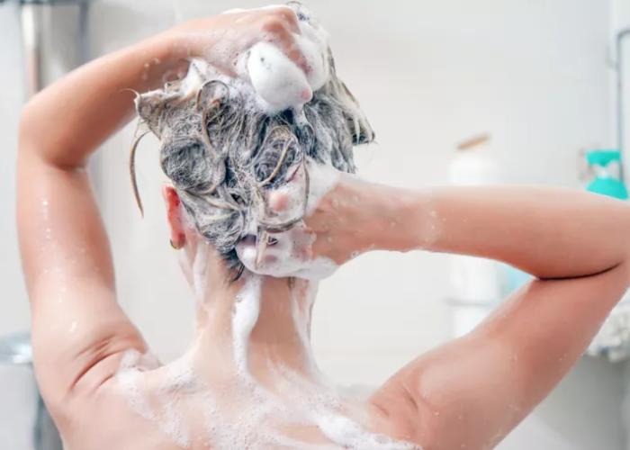 Meğer Saçı çok sık yıkamak ve taramak bakın neye sebep oluyormuş