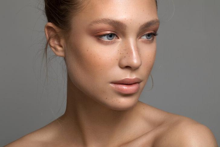 Yüzünüzü 5 kilo daha zayıf gösterecek İnanılmaz makyaj sırrı !